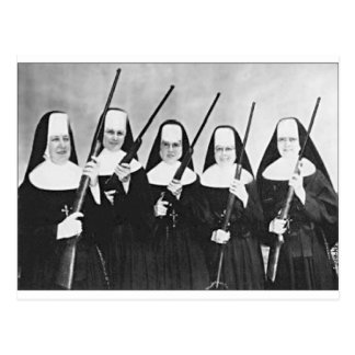 Nonnes avec des armes à feu carte postale