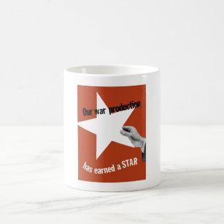 Notre production de guerre a gagné une étoile mug blanc
