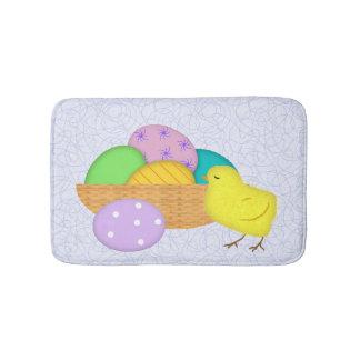Oeufs de pâques et tapis de bain de poussin