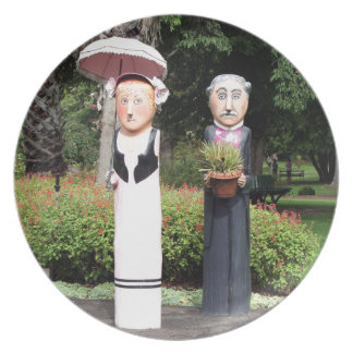 Old married couple sculptures plate