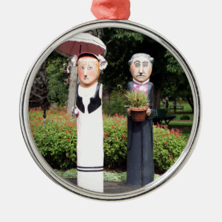 Old married couple sculptures Silver-Colored round ornament