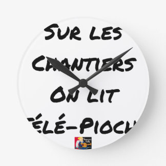 ON the BUILDING SITES ONE READS TÉLÉ-PIOCHE - Word Round Clock