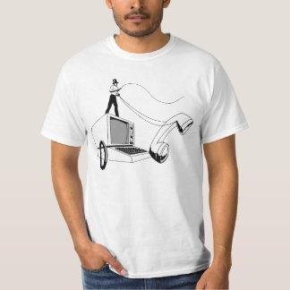 Ordinateur d'équitation de pirate informatique et t-shirt