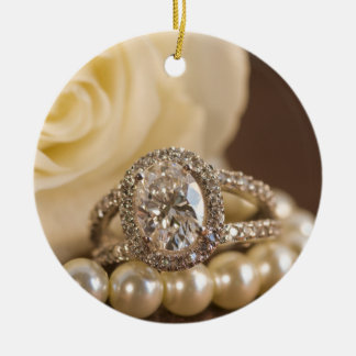 Ornement rond ovale d'anneau de mariage de bague à