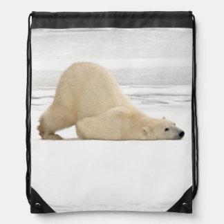 Ours blanc se rayant sur la toundra congelée sacs avec cordons