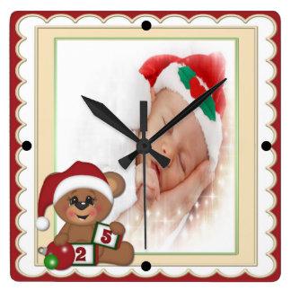 Ours de nounours dans le modèle photo de casquette horloge carrée