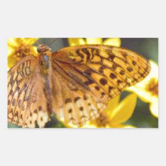 Papillon sur la photo jaune de fleur autocollant en rectangle