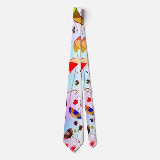 Parapluies et cravate de feuille