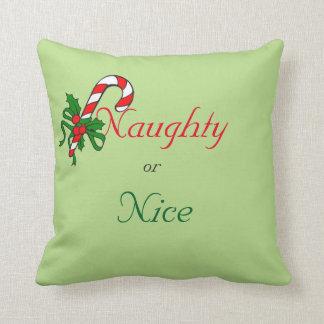Père Noël vilain ou gentil est lui coussin trop