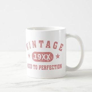 Personnalisez le cru âgé à la perfection [le rose] mug blanc
