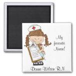 Personnalisez les cadeaux d'infirmière de brune ! aimants pour réfrigérateur