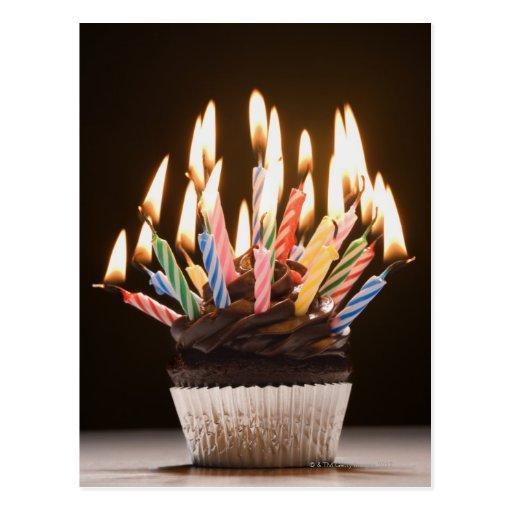 Petit gâteau avec des bougies d'anniversaire carte postale