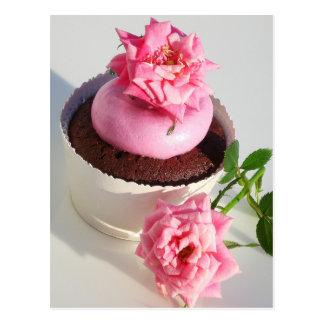 Petit gâteau de chocolat avec le rose de rose carte postale