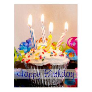 Petit gâteau de joyeux anniversaire avec des carte postale