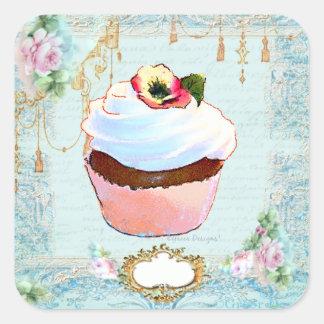 Petit gâteau et étiquettes roses d'autocollants de