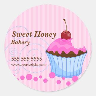 Petit gâteau mignon avec des autocollants de boula