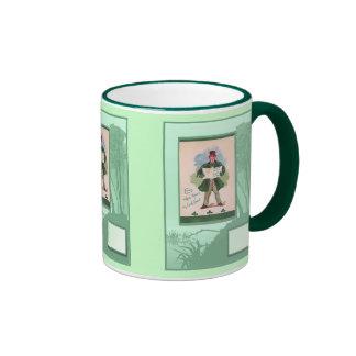 Petit homme portant le vert tasses