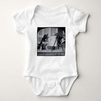 Petit photographe et son cru de St Bernard Tee Shirts