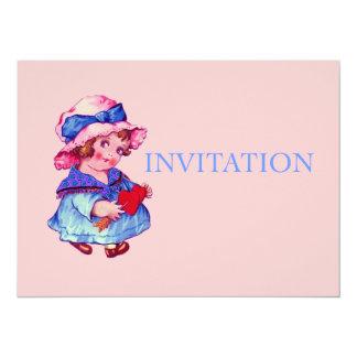Petite fille mignonne tenant le coeur carton d'invitation  13,97 cm x 19,05 cm