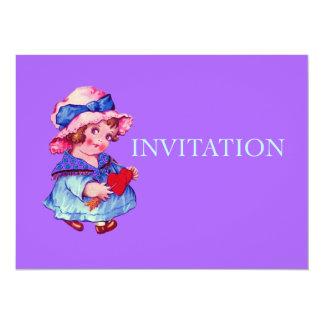 Petite fille mignonne tenant le coeur invitations personnalisables