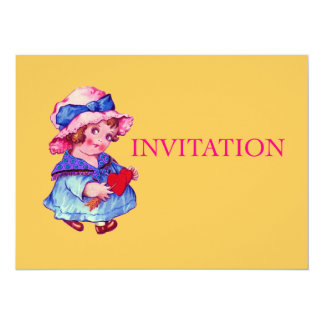 Petite fille mignonne tenant le coeur cartons d'invitation