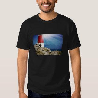 Phare sur des roches avec les faisceaux lumineux tshirt
