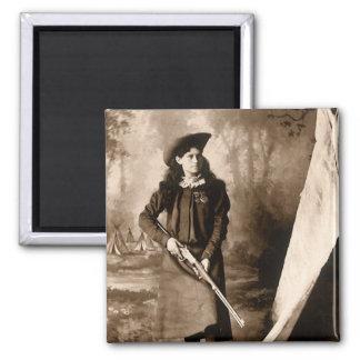 Photo 1898 de Mlle Annie Oakley Holding un fusil Magnet Carré