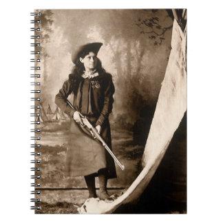 Photo 1898 de Mlle Annie Oakley Holding un fusil Carnet
