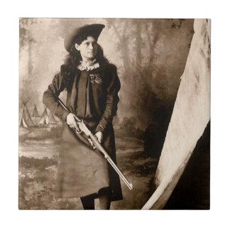 Photo 1898 de Mlle Annie Oakley Holding un fusil Petit Carreau Carré