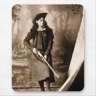 Photo 1898 de Mlle Annie Oakley Holding un fusil Tapis De Souris