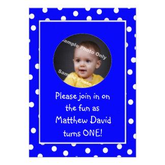 Photo bleue de pois de premier anniversaire de béb invitations