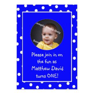 Photo bleue de pois de premier anniversaire de carton d'invitation  12,7 cm x 17,78 cm