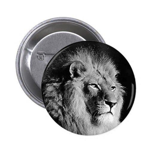 Photo noire et blanche de lion badges avec agrafe
