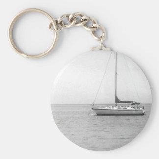 Photo noire et blanche de voilier porte-clé rond