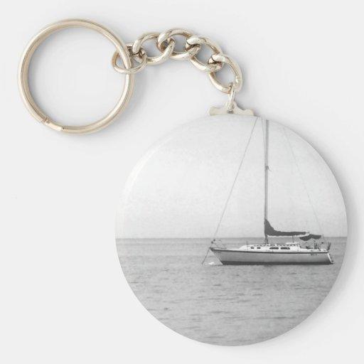 Photo noire et blanche de voilier porte-clefs