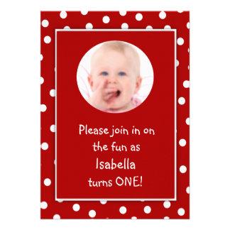 Photo rouge de pois de premier anniversaire de béb carton d'invitation