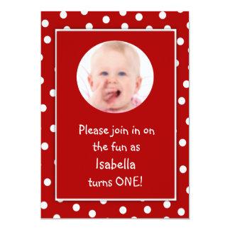 Photo rouge de pois de premier anniversaire de carton d'invitation  12,7 cm x 17,78 cm