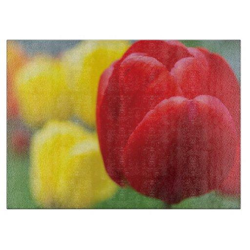Photographie rouge et jaune de tulipes planche à découper