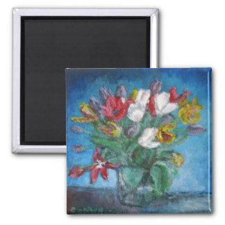 Pièce bleue avec des fleurs de tulipe dans le vase magnet carré