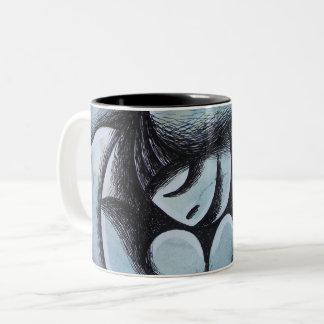 Pies mojados, chica sobre fondo Azul Two-Tone Coffee Mug