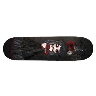 Planche à roulettes mignonne de noir de fille de S Plateaux De Skate