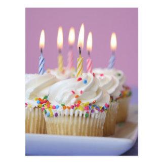 Plateau des petits gâteaux d'anniversaire avec des carte postale