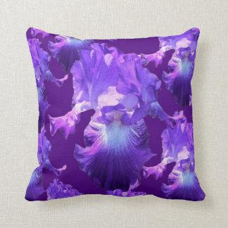 Pléthore de fleurs pourpres d'iris coussin