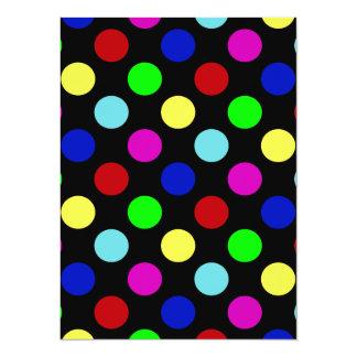 Pois lumineux coloré sur le noir carton d'invitation  13,97 cm x 19,05 cm