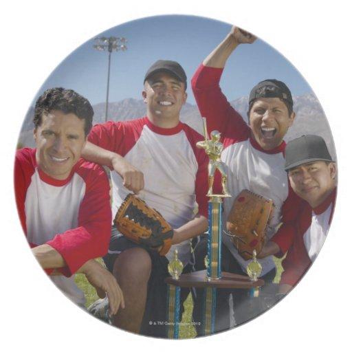 Portrait des hommes dans une équipe de baseball de assiettes