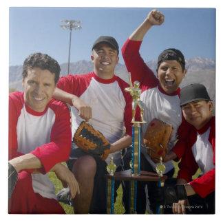 Portrait des hommes dans une équipe de baseball de carreaux en céramique
