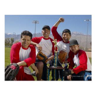 Portrait des hommes dans une équipe de baseball de carte postale