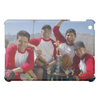 Portrait des hommes dans une équipe de baseball de coques pour iPad mini