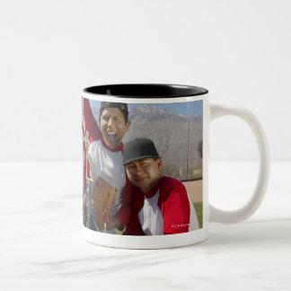 Portrait des hommes dans une équipe de baseball de mug
