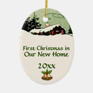 Premier Noël dans le nouveau cabine de pays Ornements